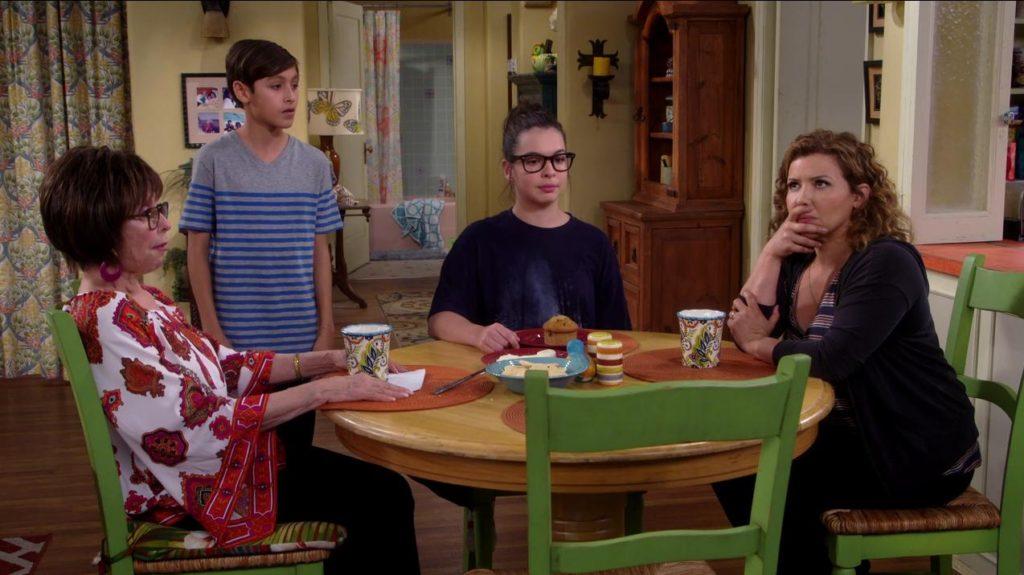 Lydia, Alex, Elena und Penelope am runden Esstisch.