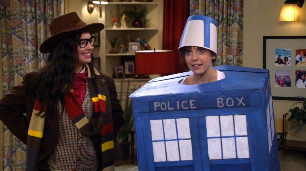 Elena und Syd im Doctor Who Cosplay. Elena als Doctor mit Hut und Schal, Syd als Police Box Raumschiff Tardis.