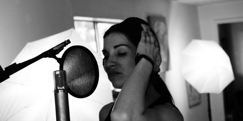 Podcasting (Frau mit Mikrofon)