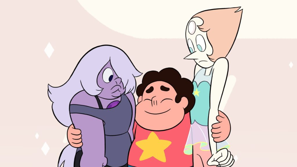 (Zeichentrick) Steven umarmt zufrieden lächelnd seine Ziehmütter Amethyst und Pearl, die etwas irritiert gucken.