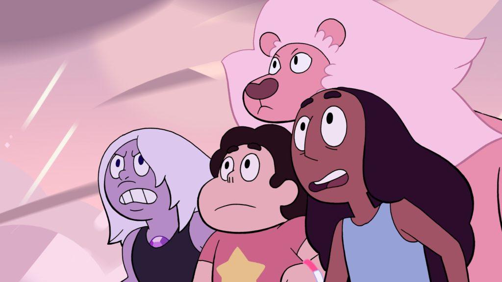 """(Zeichentrick) Vor einem rosafarbenen Himmel sieht man Steven umringt von seinen Freund*innen Amethyst, Connie und seinem rosafarbenen Löwen """"Lion"""". Sie wirken, als würden sie sich gerade gegen eine Gefahr verbünden."""