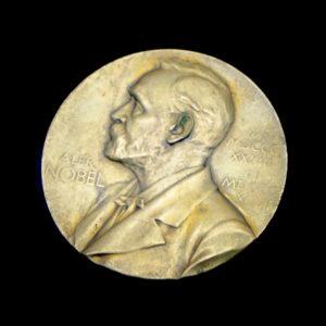 Die Nobepreismedaille mit dem Bild von Alfred Nobel auf schwarzem Hintergrund