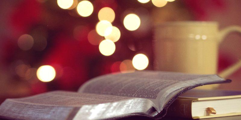 Bücher und Tee in weihnachtlicher Stimmung