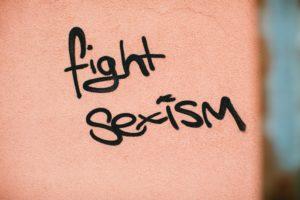 """Wand, auf der """"fight sexism"""" steht"""